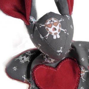 Doudou lapin pirate tête de mort! gris foncé motif tête de mort appliqué cœur rouge. Fait main .Unique et original.