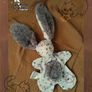 Doudou lapin en tissu motif chat marron et blanc. Fait mains .Unique et original.