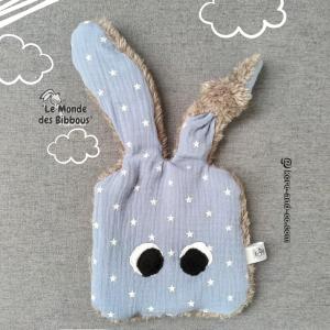 Doudou lapin plat, oreille nouée bleu petites étoiles et fourrure. Original fait main. Made in France
