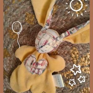 Doudou lapin Jaune  avec appliqué cœur. Fait main .Unique et original.