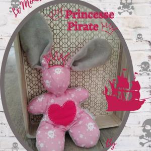Doudou lapin princesse pirate rose motif tête de mort. Fait main .Original et unique .