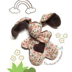 Doudou lapin tissu fleuri marron. Unique, original, fait main.