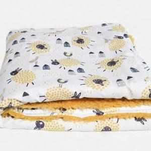 Couverture  naissance en tissu coton motif mouton doublé fausse fourrure jaune moutarde.