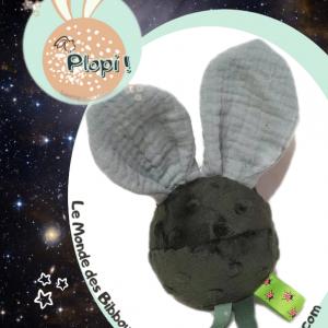 """Jouet d'éveil multi sensoriel sonore pour bébé .Balle vert foncé, oreilles lapin grises. """"Plopi plup"""".""""."""