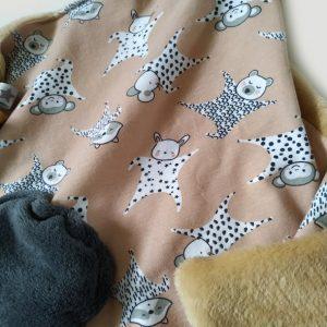 Doudou lapin aux motifs enfantins de doudous lapins, ours. Unique et original