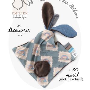 Doudou lapin EMILIEN petit modèle, unique et original.Marron et bleu motif arc en ciel.