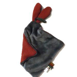 Doudou lapin lange personnalisé rouge et gris. Multi sensoriel .Original fait mains.