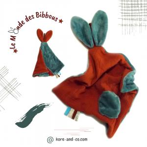 Doudou lapin lange couleur brique et gris. Multi sensoriel .Original fait mains. Made in France.