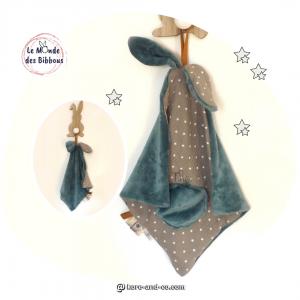 Doudou lapin lange personnalisé, tissus taupe motif étoile et bleu et deux attaches sucettes. Original, fait main en France.
