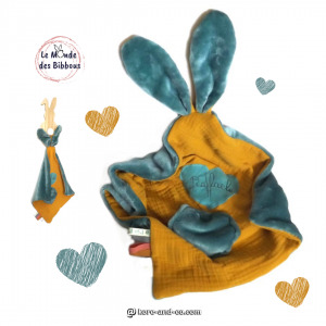 Doudou lapin lange personnalisé, bleu et jaune moutarde. Original, fait main en France.