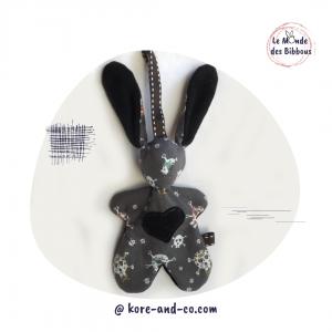 """Lapin de décoration""""Minibbou"""" gris, gothique, motif tête de mort  Original, fait main."""